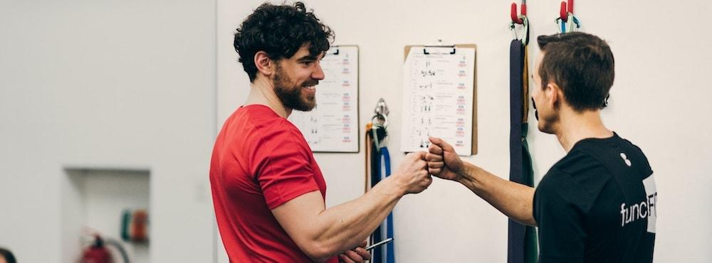 1:1 Personal Training site banner, high-five mit Trainee